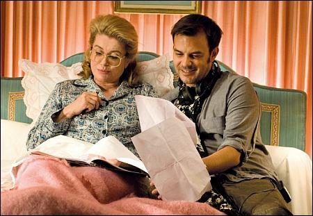 Catherine Deneuve im Bett mit 'Potiche'-Regisseur François Ozon ©filmcoopi