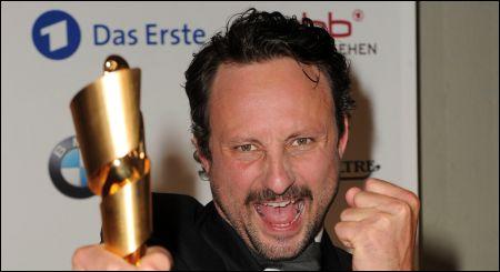 Markus Nestroy mit seinem Filmpreis © Tinnefeld