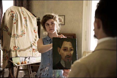Paula (Carla Juri) hält Rilke (Joel Basman) sein Porträt vor © filmcoopi